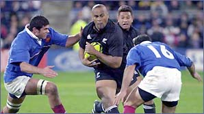 Jonah Lomu on the charge against France for New Zealand