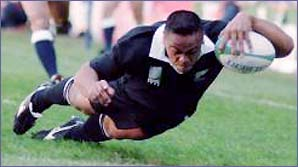 Jonah Lomu scores one of his four tries against England in 1995