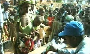 Food aid queue in Malawi