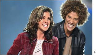 American Idol winner Kelly Clarkson (L) with runner-up Justin Guarini