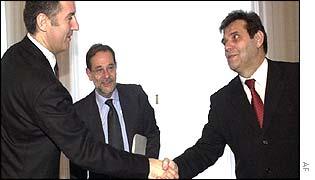Montenegrin President Milo Djukanovic (left) shakes hands with Yugoslav President Vojislav Kostunica while EU's  Foreign Envoy Javier Solana looks on