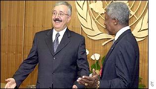 Iraqi Foreign Minister Naji Sabri (L) with UN Secretary-General Kofi Annan