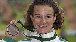 Sonia O'Sullivan holds her 5,000m European Championship medal
