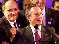 Michael Bloomberg (r) with out-going mayor Rudolph Giuliani