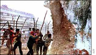 Hindu fundamentalists attack Babri mosque in 1992