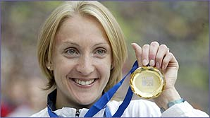 Paula Radcliffe shows off another gold medal