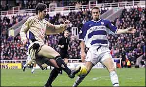 Portsmouth's Carl Robinson (left) is blocked by Reading's Matthew Upson