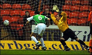 Ian Murray stoops to score for Hibs