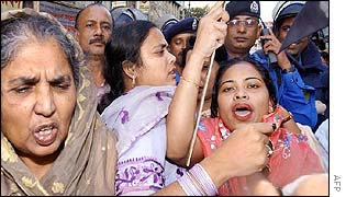 Supporters of the opposition Awami League in Dhaka held back by police, 9 December
