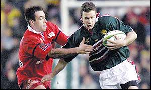 Geordan Murphy takes on the Beziers defence