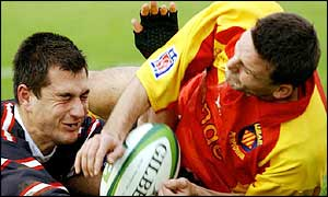 Pascal Giordani holds off Thinus Delport to score for Perpignan