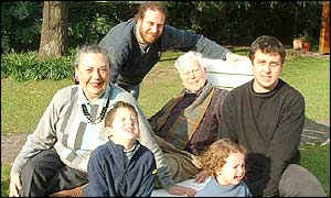 From left to right: Ellen, her grandson Felix, her son Julian, Esteban, her granddaughter Mora and her son Sebastian