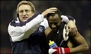 Peter Ndlovu celebrates with Sheffield United manager Neil Warnock