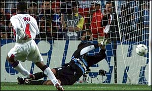 Paul Ince misses penalty against Argentina