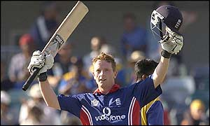 Paul Collingwood acknowledges the crowd after his century
