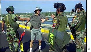 Striker confronts national guards on Maracaibo bridge in western Venezuela
