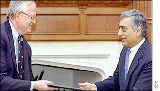 Ambassador Blackwill (L) exchanges documents with Foreign Secretary Kanwar Sibal (R)