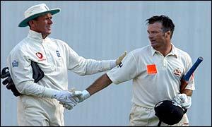 England's Alec Stewart (l) congratulates Australian Steve Waugh on his century