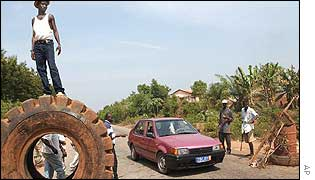 Checkpoint manned by civilians north of Abidjan