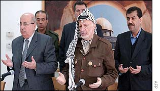 Salim al-Zaanun (left) and Yasser Arafat with security guards behind