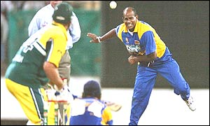 Sanath Jayasuriya send a delivery down