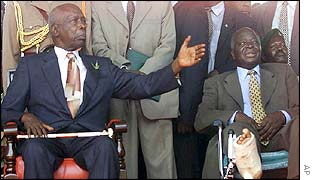 Former President Daniel arap Moi (l) and President Mwai Kibaki (r)