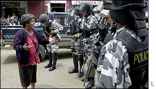 Bolivian woman talking to police during a protest by coca farmers