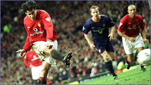 Ruud van Nistelrooy powers in another goal for Manchester United against Sunderland