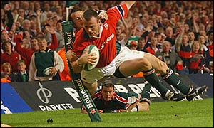 Leicester's Austin Healey tackles Munster's John O'Neill