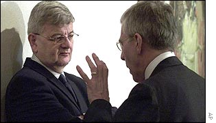 UK's Jack Straw (r) talks to Germany's Joschka Fischer