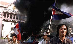 Protestors outside Thai embassy in Phnom Penh