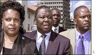 Morgan Tsvangirai (c) and his wife, Susan, (l)