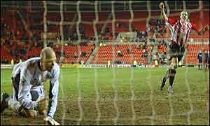 Gavin McCann scores Sunderland's winning penalty