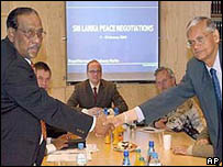 Tamil Tiger chief negotiator Anton Balasingham (l) and chief government negotiator GL Peiris in Berlin