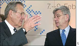 Donald Rumsfeld (l) and Joschka Fischer