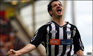 Stevie Crawford celebrates with Dunfermline