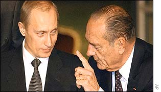 Vladimir Putin (l) and Jacques Chirac in Paris