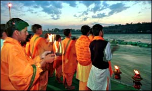 Hindu ceremony on the banks of the Ganges