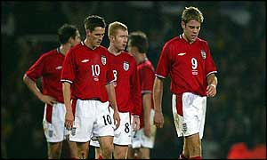England players look dejected at half-time in their defeat against Australia