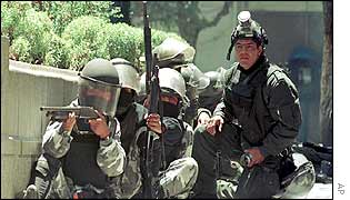 Bolivian soldiers called to break up a protest in La Paz