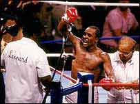 Sugar Ray Leonard celebrates beating Marvin Hagler in 1987