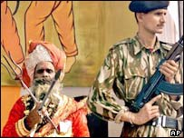 Indian soldier guards Hindu holy man in Delhi