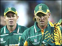Allan Donald looking despondent as Shaun Pollock looks on