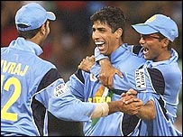 Ashish Nehra, with Yuvraj Singh (left) and Sourav Ganguly