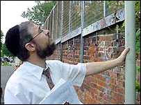 Rabbi Jeremy Conway examines the eruv going up