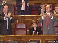Popular Party members applaud in the Spanish parliament after defeated an opposition motion against war with Iraq