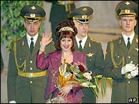 Tatyana Posyevnina smiles and waves at a ceremony after winning the Miss Epaulettes 2003 competition