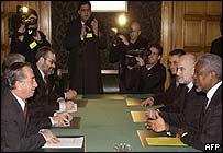 Kofi Annan (r) talks to Tassos Papadopoulos (l)