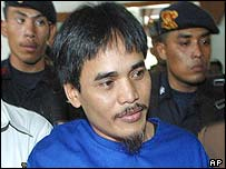 Amrozi being escorted by prosecutors in the Bali investigation