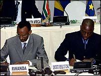 Rwandan President Paul Kagame and DRC President Joseph Kabila signing the peace deal